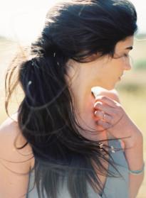 10 idées de coiffures de mariée naturelles à découvrir sur le blog mariage La mariée aux pieds nus - Photo : Erich McVey