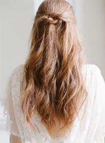 10 idées de coiffures de mariée naturelles à découvrir sur le blog mariage La mariée aux pieds nus - Photo : Taylor & Porter