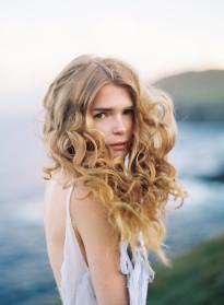 10 idées de coiffures de mariée naturelles à découvrir sur le blog mariage La mariée aux pieds nus - Photo : Tec Petaja
