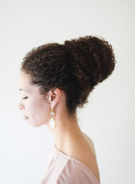 10 idées de coiffures pour cheveux afro - à découvrir sur www.lamarieeauxpiedsnus.com