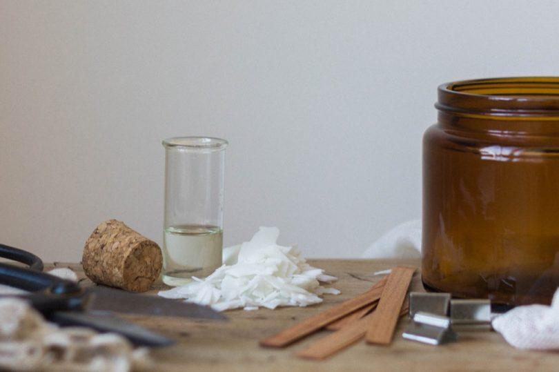 DiY : Fabriquer une bougie avec des mèches en bois - A découvrir sur le blog mariage www.lamarieeauxpiedsnus.com