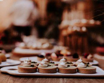 Comment bien choisir son traiteur de mariage ? - Crédits photos : Pinewood Weddings - Blog mariage : La mariée aux pieds nus.