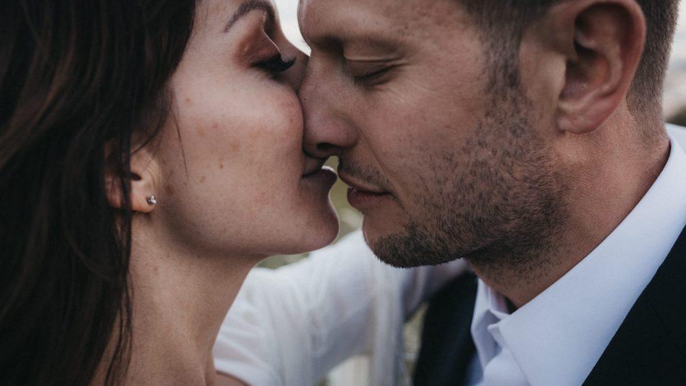 Un mariage boho et minimaliste en blanc à Ibiza - Photos : Delmao - Blog mariage : La mariée aux pieds nus