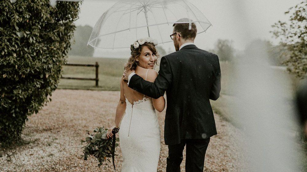Un mariage champêtre sous la pluie au Domaine des Evis - Photos : Les Histoires d'A - Blog mariage : La mariée aux pieds nus