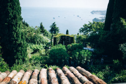 Un mariage en tout intimité sur la Riviera - Un mariage à découvrir sur www.lamarieeauxpiedsnus.com - Photos : Ingrid Lepan / Organisation : Wanderlust Wedding / Décoration : D'amour et de déco