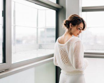 Mathilde Marie x Cinemailles - Collection de pulls et accessoires en laine pour la mariée - Photos : Pierre Atelier - Blog mariage : La mariée aux pieds nus
