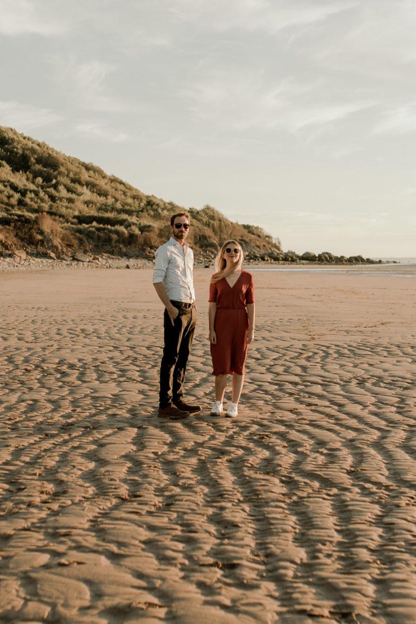 Une séance engagement sur les plages des Vaches Noires en Normandie - Photos : Thiphaine J Photographie - Blog mariage : La mariée aux pieds nus