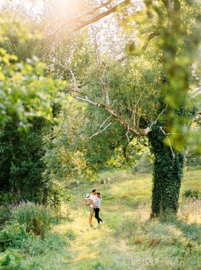 Une séance engagement au bord du lac - A découvrir sur www.lamarieeauxpiedsnus.com - Photos : Bubblerock