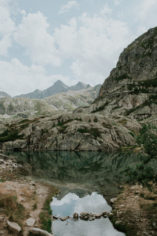 Une séance engagement dans les montagnes - A découvrir sur www.lamarieeauxpiedsnus.com - Photos : The Quirky