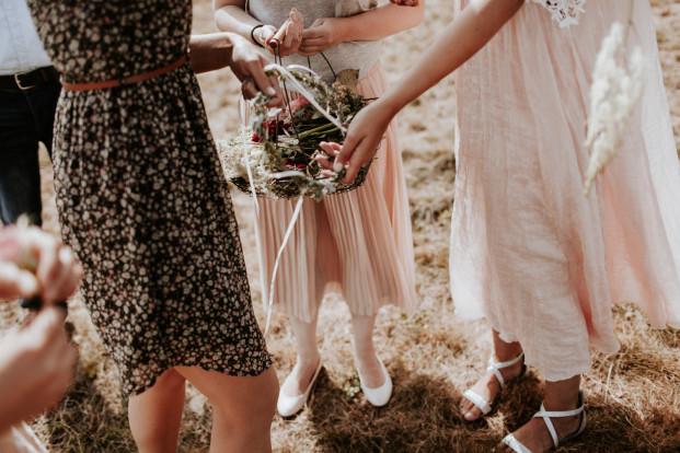 Un mariage simple, champêtre et fleuri - A découvrir sur la mariée aux pieds nus - Photos : Pinewood Weddings