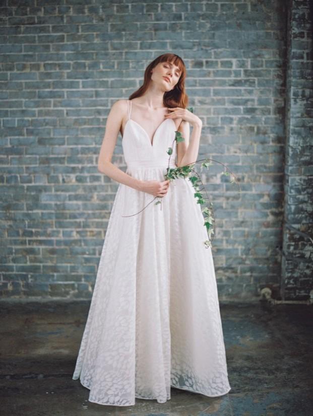 Découvrez sur le blog mariage www.lamarieeauxpiedsnus.com la collection 2017 de robes de mariée de Truvelle - Modele : Hamilton