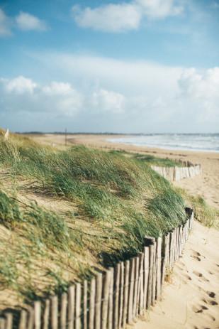 Lifestories Wedding - Une seance engagement sur la plage - La mariee aux pieds nus