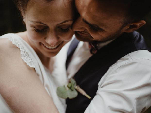 Un mariage simple et champêtre dans une bergerie en Alsace - A découvrir sur le blog mariage www.lamarieeauxpiedsnus.com - Photos : Capyture
