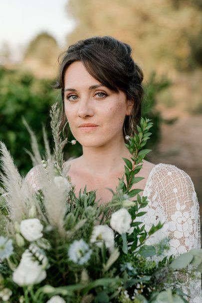 Un mariage bohème et végétal au Mas des Escaravatiers en Provence - Photos : Clément Minair - Blog mariage : La mariée aux pieds nus