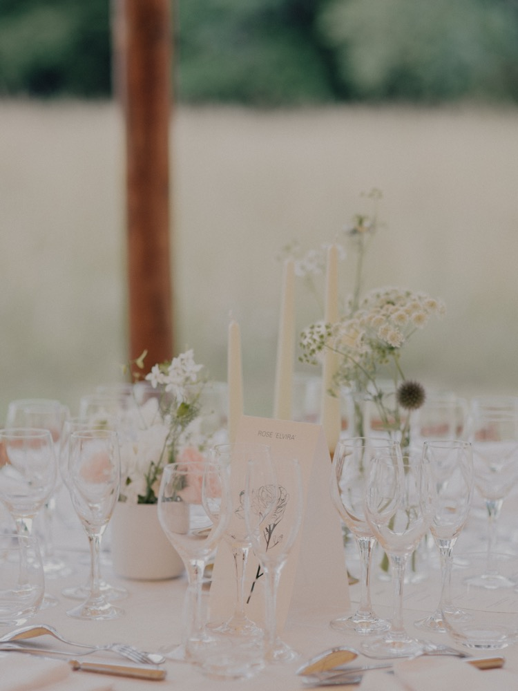 Un mariage simple et champêtre en Bourgogne - La mariée aux pieds nus - Photo : Capyture