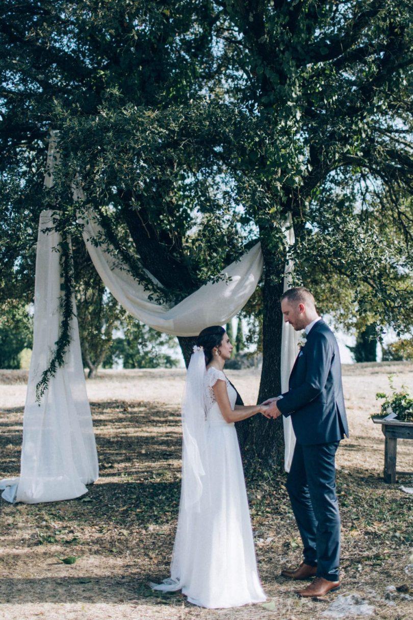 Un mariage champêtre au Comptoir Saint Hilaire dans le Gard - Décoration : Atelier Blanc - Photos : Ingrid Lepan - Blog mariage : La mariée aux pieds nus