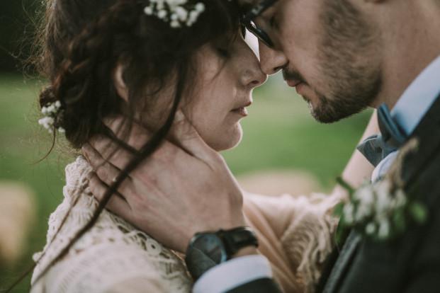 Un mariage simple, champêtre et fait maison en Auvergne à découvrir sur le blog mariage www.lamarieeauxpiedsnus.com - Photos : David Latour