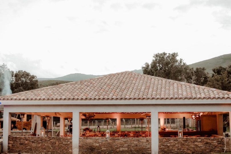 Un mariage à la Distillerie de Pietracorbara en Corse - Photos : Moonrise Photography - Blog mariage : La mariée aux pieds nus