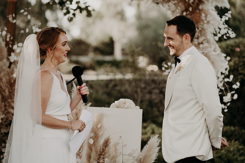 Un mariage élégant à La Tour Vaucros en Provence - Photos : The Quirky - Blog mariage : La mariée aux pieds nus.