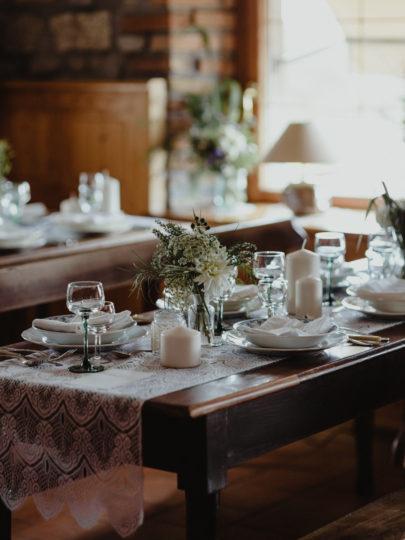 Un mariage petit budget en petit comité dans une auberge des Vosges - A découvrir sur le blog mariage www.lamarieeauxpiedsnus.com - Photos : Capyture