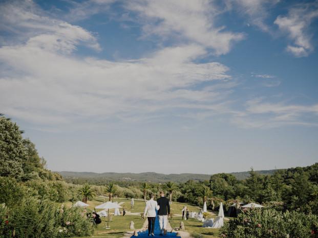 Un mariage en Provence au Chateau de Robernier - A découvrir sur le blog mariage www.lamarieeauxpiedsnus.com - Photos : Capyture / Fleurs : Big Day /