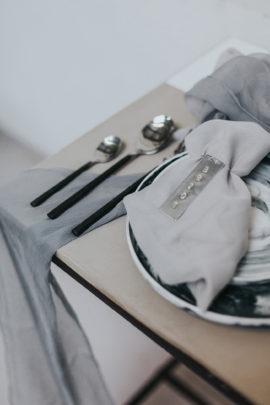 Un mariage contemporain en gris et marsala - Shooting éditorial - A découvrir sur le blog mariage www.lamarieeauxpiedsnus.com - Photos : Neupap Photography / Scénographie : Style it event