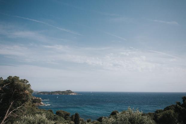 Un mariage en corail à Hyères à la Villa Brignac - A découvrir sur le blog mariage www.lamarieeauxpiedsnus.com - Photos : Steven Bassillieaux