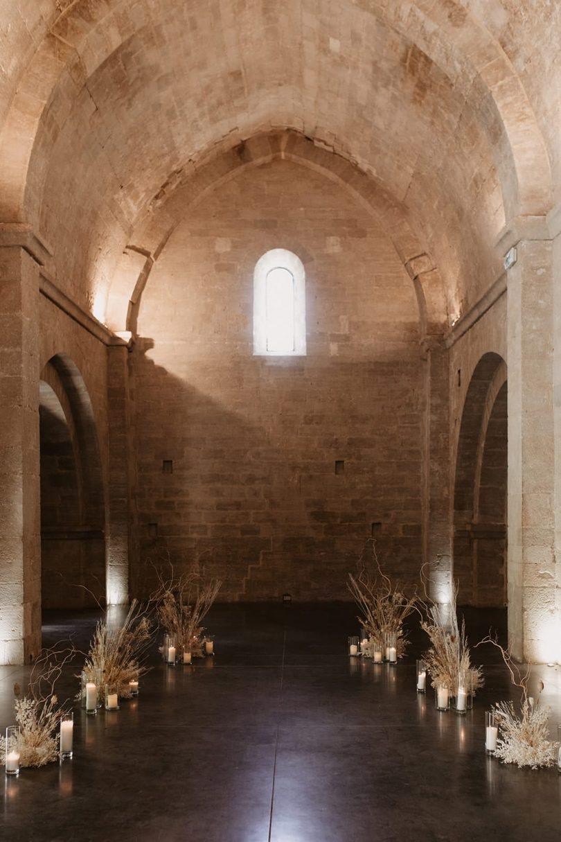 Un mariage moderne et épuré à l'Abbaye Saint-Eusèbe en Provence - Photos : Alchemia Wedding - Blog mariage : La mariée aux pieds nus