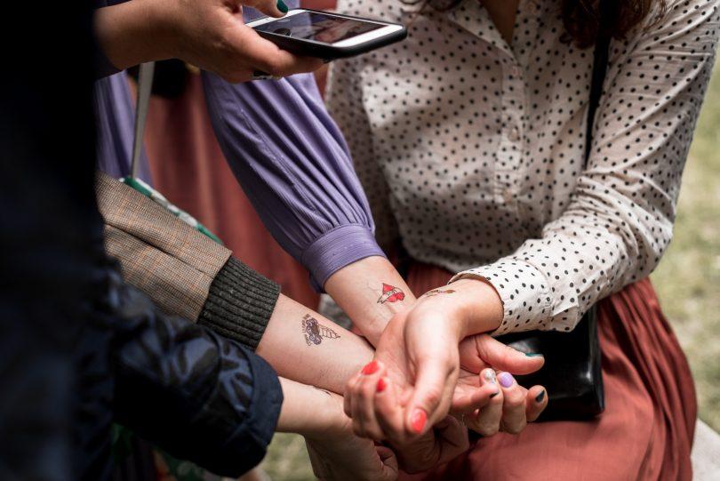 Un mariage en petit comité au Moulin de Mourette - Photos : Chloé Fayollas - Nlog Mariage : La mariée aux pieds nus.