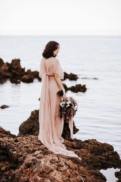 Un mariage pastel au bord de la mer - Shooting éditorial à découvrir sur le blog mariage www.lamarieeauxpiedsns.com - Photos : Pinewood Weddings
