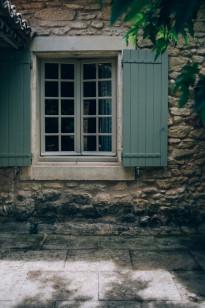 Un mariage simple en petit comité à Gordes en Provence - A découvrir sur le blog mariage www.lamarieeauxpiedsnus.com - Photos : Ingrid Lepan / Organisation : Wanderlust Wedding / Décoration : Big Day Design / Traiteur : Badadié / Wedding Cake : Citron Pavot / Colligraphie : Nice Plume