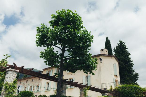 Reego Photographie - Un mariage campagne chic a la Bastide Saint Matthieu - Grasse - La mariee aux pieds nus