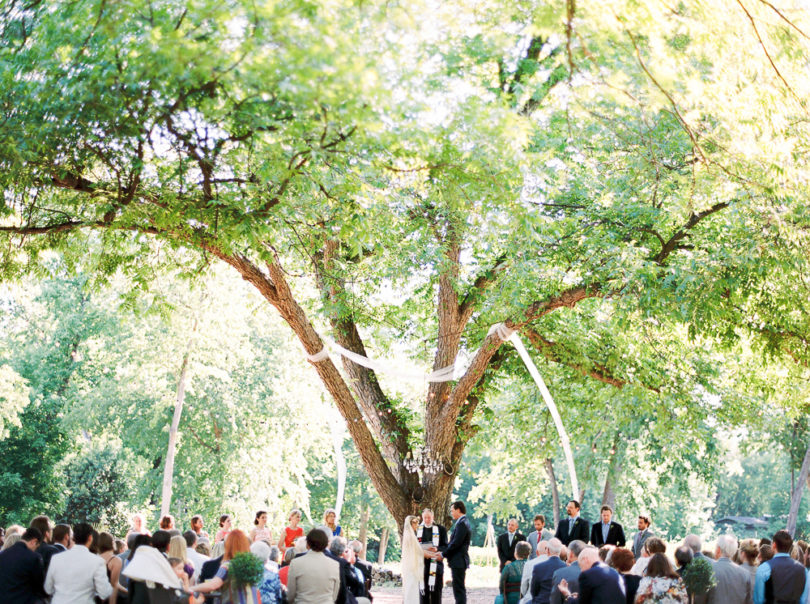 Marion Heurteboust Photography - Comment decorer la ceremonie de votre mariage - La mariee aux pieds nus