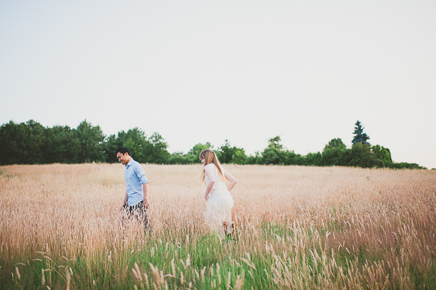 ©Marion Heurteboust - Une seance engagement dans les champs de bles - La mariee aux pieds nus