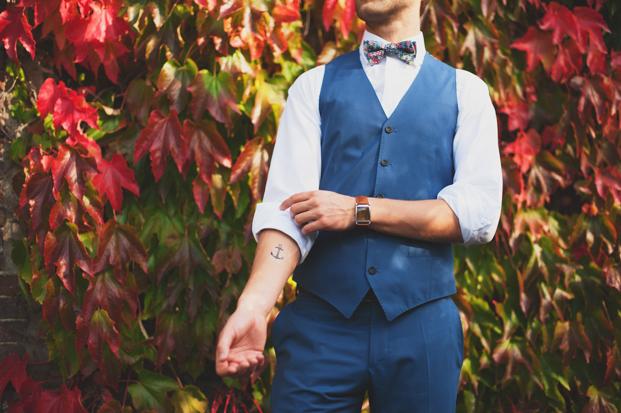 ©Marion H Photography - Shooting inspiration - Mariage rustic rouge, bleu, jaune - La mariée aux pieds nus