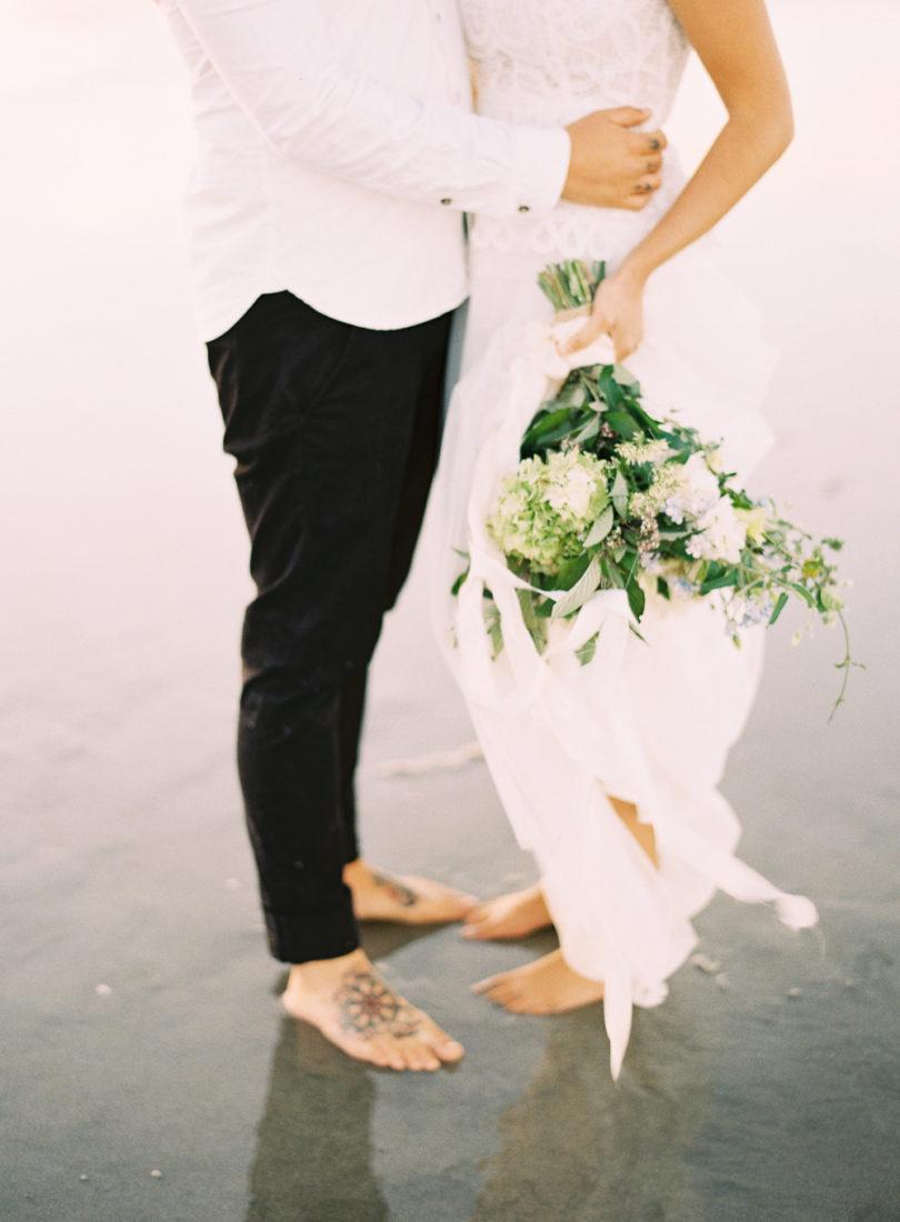 Marion H Photography - Un mariage sur la plage en Nouvelle Zélande - La mariée aux pieds nus - Bouquet de mariée