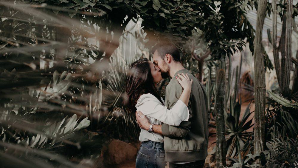 une séance engagement végétale dans une serre - Matterhorn Photography - La mariee aux pieds nus