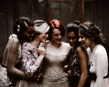 Des demoiselles d'honneur aux allures de princesses - Shooting éditorial Madeleine - Nora Paris - La mariée aux pieds nus