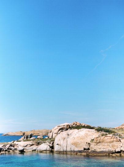 Une séance engagement en bleu en Corse - A découvrir sur le blog mariage www.lamarieeauxpiedsnus.com - Photos : Marion Heurteboust