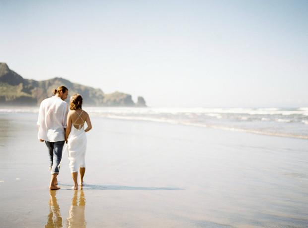 Une séance engagement sur les plages de Nouvelle Zélande - A découvrir sur le blog mariage www.lamarieeauxpiedsnus.com - Photos : Céline Chhuon