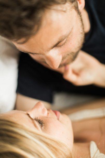 Une séance engagement intime à Paris - Photos : Jonathan Préfaut - A découvrir sur le blog mariage La mariée aux pieds nus