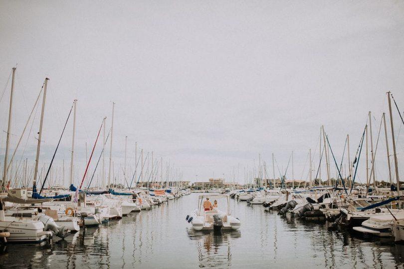 Une séance engagement en mer Méditerranée - Photos : The Frenchy Mood - Blog mariage : La mariée aux pieds nus