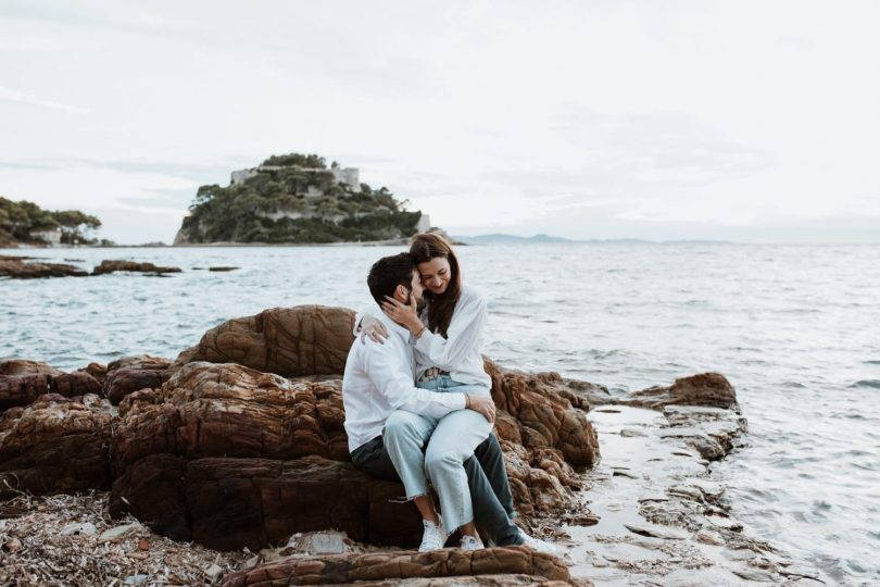 Une séance engagement au bord de la mer - Photos : SoulPics - Blog mariage : La mariée aux pieds nus