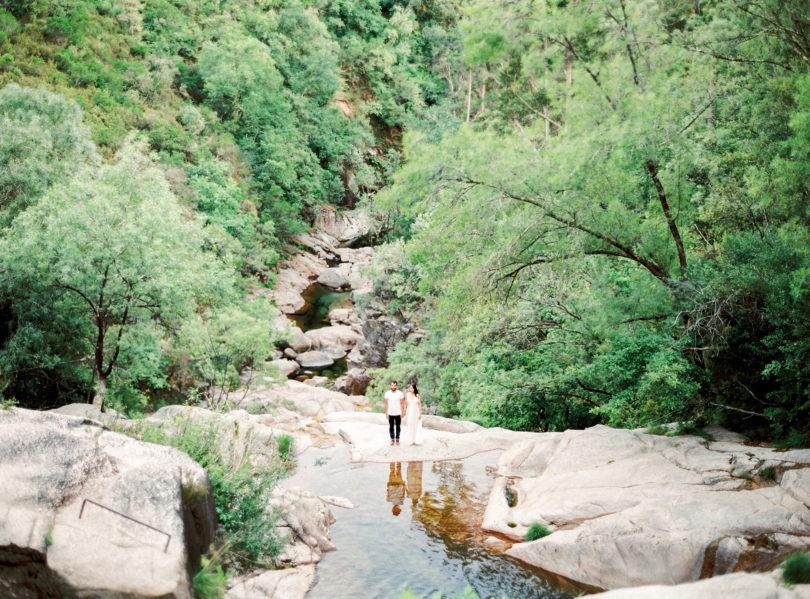 Une séance engagement dans les montagne du Portugal - A découvrir sur le blog mariage www.lamarieeauxpiedsnus.com - Photos : Brancoprata
