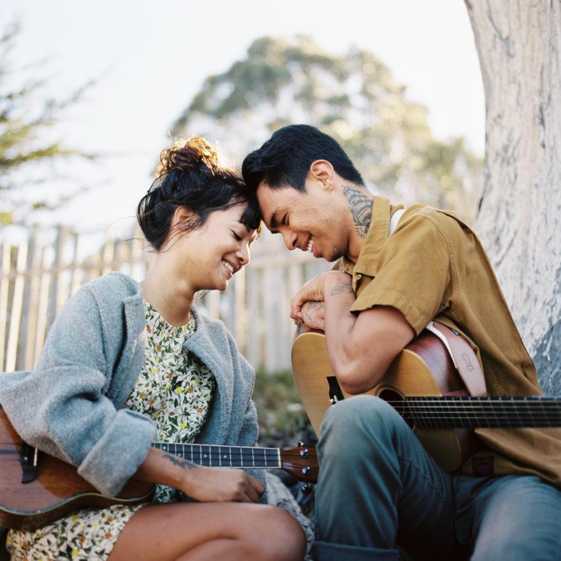 Une seance engagement sur la plage - A découvrir sur le blog mariage www.lamarieeauxpiedsnus.com - Photos : David Dufeal