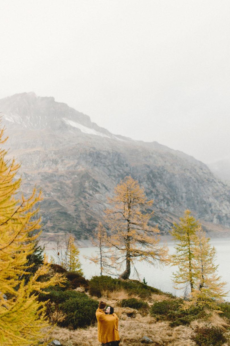 Une séance engagement dans la nature en Suisse - A découvrir sur le blog mariage www.lamarieeauxpiedsnus.com - Photos : Fabien Courmont
