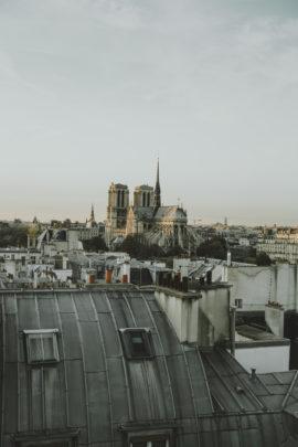 Une séance engagement sur les toits de Paris - A découvrir sur le blog mariage www.lamarieeauxpiedsnus.com -Photos : Sarah Couturier