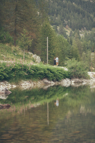Reego Photographie - Une seance engagement dans le parc du Mercantour - La mariee aux pieds nus