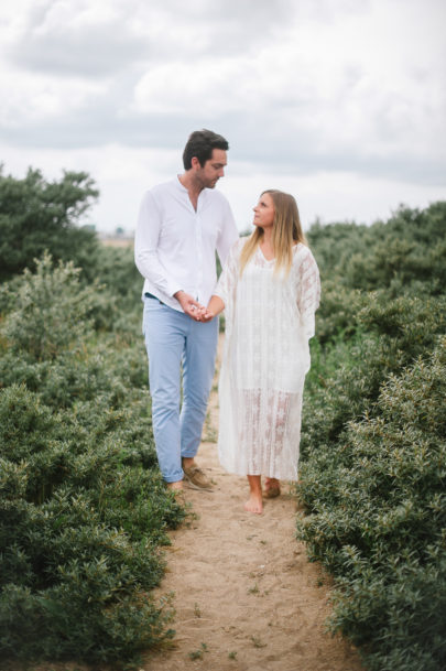 Une séance engagement sur une plage de Normandie - A découvrir sur le blog mariage www.lamarieeauxpiedsnus.com - Photos : He Capture - Emeline Hamon