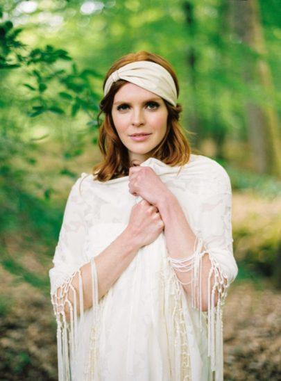 Blog mariage - La mariée aux pieds nus - Photo : L'artisan Photographe - Stéphanie Wolff - Robes de mariée - Chale Annees 20